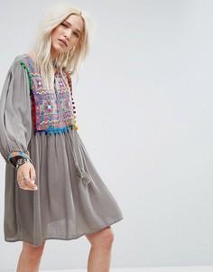 Свободное платье с вышивкой и помпонами Glamorous - Серый