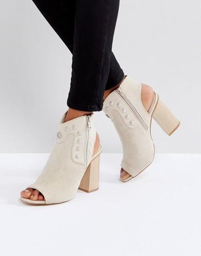 Туфли на каблуке с открытым носком и заклепками Glamorous - Бежевый