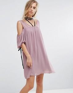 Платье с чокером и открытыми плечами Lost Ink - Розовый