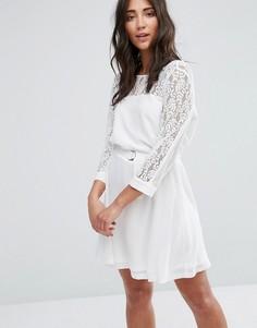 Платье с кружевной отделкой и D-образными кольцами Girls On Film - Белый