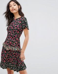 Приталенное платье мини со свободной юбкой и принтом в стиле пэчворк Boohoo - Мульти