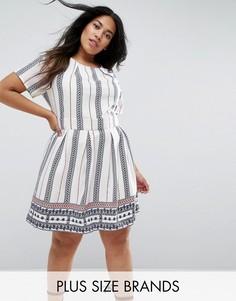 Короткое приталенное платье в вертикальную полоску Yumi Plus - Белый
