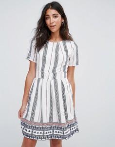 Короткое приталенное платье с принтом и поясом Yumi - Белый