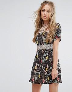 Короткое приталенное платье с кружевными вставками и цветочным принтом Foxiedox - Мульти