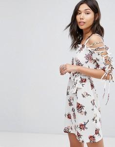 Свободное платье с цветочным принтом и шнуровкой Boohoo - Кремовый
