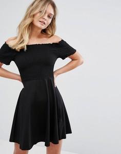 Короткое приталенное платье с открытыми плечами New Look - Черный