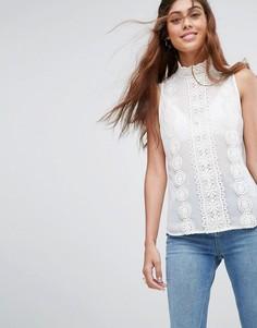 Блузка без рукавов с высоким воротом и кружевной отделкой ASOS - Белый