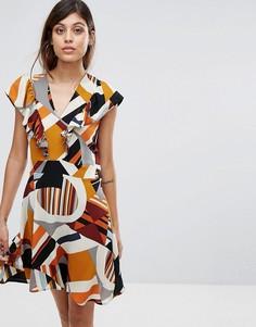 Платье с оборкой и геометрическим принтом Liquorish - Мульти