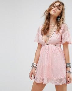 Кружевное платье с отделкой лесенка Kiss The Sky - Розовый