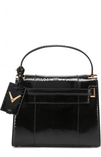 c60cf2c3af08 Пьерпаоло Пиччоли включил черную сумку My Rockstud в весенне-летнюю  коллекцию бренда, основанного Валентино Гаравани. Модель выполнена из  фактурной кожи ...