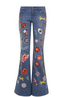 Расклешенные джинсы с потертостями и вышивкой Alice + Olivia
