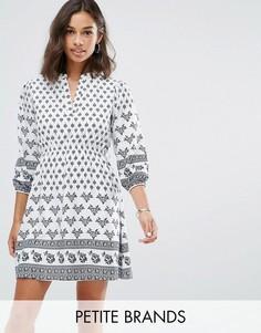 Платье с поясом и принтом Yumi Petite - Белый