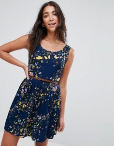 Короткое приталенное платье с принтом бабочек и поясом Yumi - Темно-синий