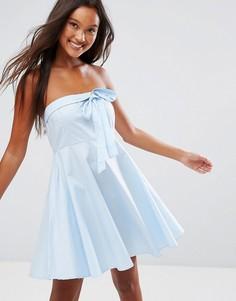Короткое приталенное платье с открытыми плечами QED London - Синий