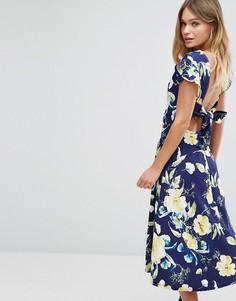 Приталенное платье миди с цветочным принтом и поясом на спине Boohoo - Темно-синий