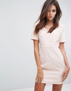 Облегающее платье с V-образным вырезом и искусственным жемчугом Fashion Union - Розовый