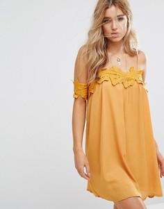 Свободное платье с открытыми плечами и кружевной аппликацией Boohoo - Желтый