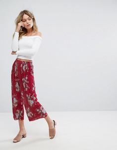 Плиссированные укороченные брюки с цветочным принтом New Look - Медный