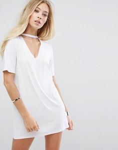 Свободное платье-футболка с чокером Glamorous - Белый