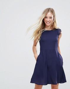 Платье мини с кружевными вставками на плечах QED London - Темно-синий