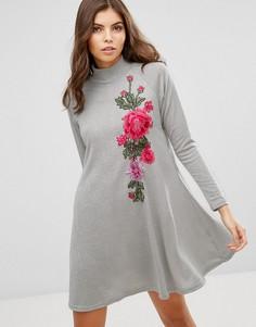 Свободное трикотажное платье с высоким воротом и вышивкой AX Paris - Серебряный