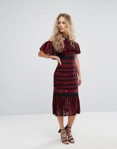 Кружевное платье миди с открытыми плечами и баской Foxiedox - Красный