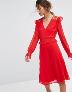 Приталенное платье миди с кружевными оборками Elise Ryan - Красный