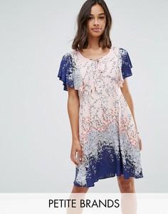 Платье с оборками на рукавах и принтом Yumi Petite - Мульти