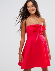 Короткое приталенное платье с открытыми плечами QED London - Красный