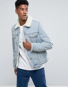 Светлая джинсовая куртка на подкладке из искусственного меха ASOS - Синий
