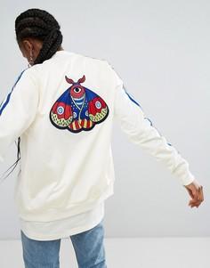 Бомбер с вышивкой бабочек adidas Originals - Кремовый
