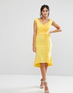 Платье миди с баской и запахом спереди City Goddess - Желтый