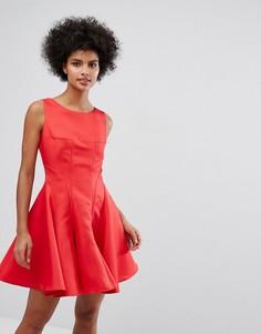 Приталенное платье мини со свободной юбкой Chi Chi London - Красный