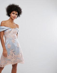 Платье мини из премиум-кружева с открытыми плечами Chi Chi London - Серый