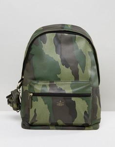 Кожаный рюкзак с камуфляжным принтом и брелоком ASOS - Зеленый