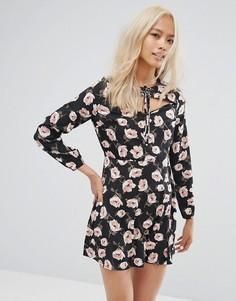 Короткое приталенное платье со шнуровкой и цветочным принтом Influence - Черный