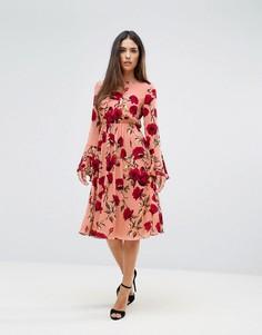 Платье с принтом роз и рукавами-клеш Club L - Мульти