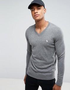 Серый джемпер с V-образным вырезом и логотипом Abercrombie & Fitch - Серый