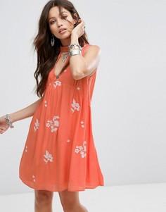 Свободное платье без рукавов с цветочной вышивкой Honey Punch - Красный