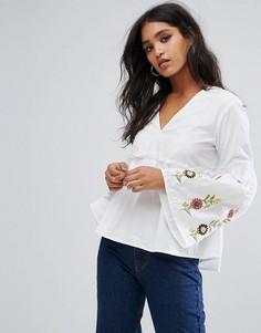 Блузка с вышивкой и расклешенными рукавами PrettyLittleThing - Белый