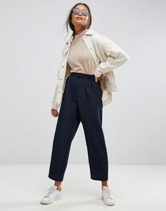 Широкие зауженные брюки со складками ASOS - Темно-синий