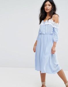 Платье с открытыми плечами и кружевной отделкой Boohoo - Синий