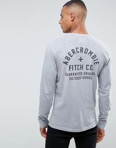 Серый узкий лонгслив с принтом на спине Abercrombie & Fitch - Серый