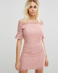 Кружевное платье с открытыми плечами Liquorish - Розовый