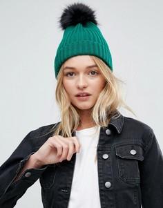 Зеленая шапка-бини в рубчик с черным помпоном из искусственного меха ASOS - Зеленый