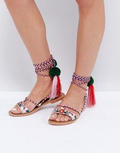 Сандалии на завязках с кисточками и помпонами Glamorous - Мульти