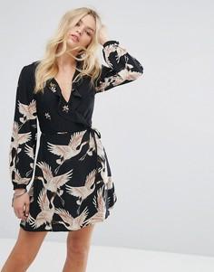 Платье с запахом, оборками и принтом птиц Glamorous - Черный