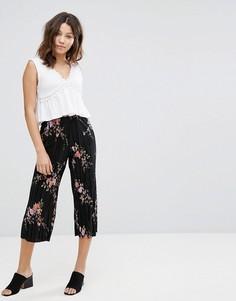 Плиссированные укороченные брюки с цветочным принтом New Look - Черный