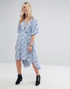 Платье в пижамном стиле с запахом и принтом Glamorous - Синий