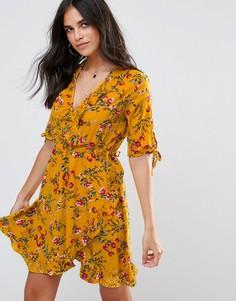 Платье с цветочным принтом, запахом и оборками Influence - Желтый